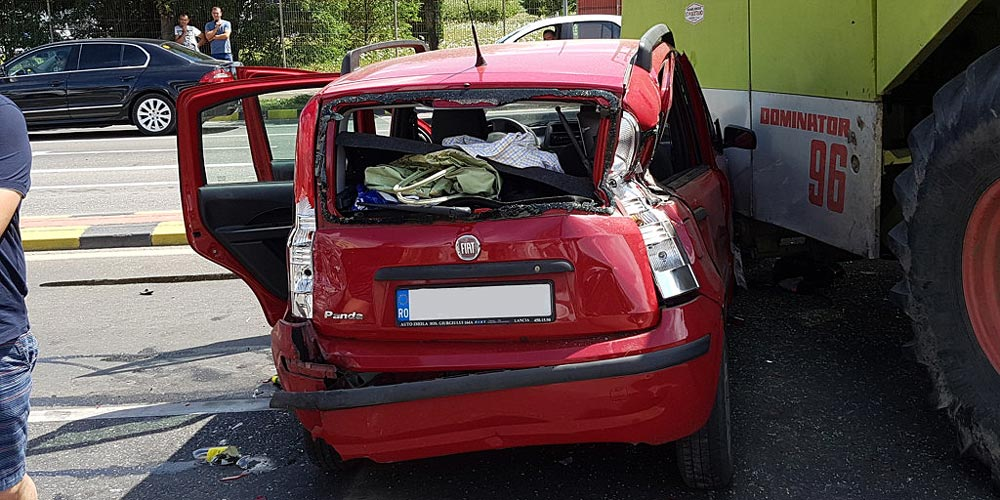 autoturism-zdrobit-dupa-ce-explodat-cauciucul-unei-combine-agricole