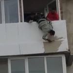 spiderman-sucevean-sau-cum-sa-tencuiesti-un-balcon-de-la-etajul-cinci-2