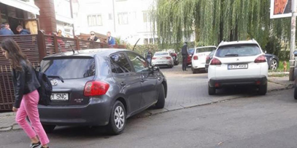 masina-lipita-cu-scotch-pe-toate-partile-pentru-ca-parcat-pe-trotuar