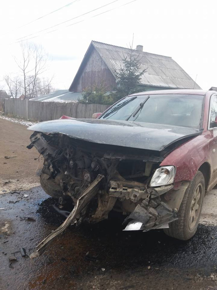 accident-in-vicovu-de-sus-o-masina-a-rupt-un-stalp-de-beton-2