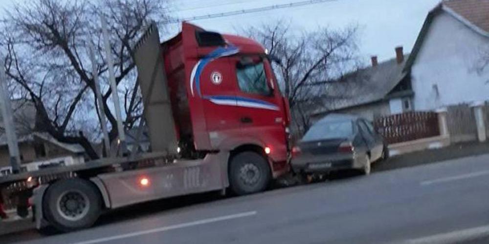 accident-pe-raza-localitatii-milisauti-intre-un-tir-si-un-autoturism-1