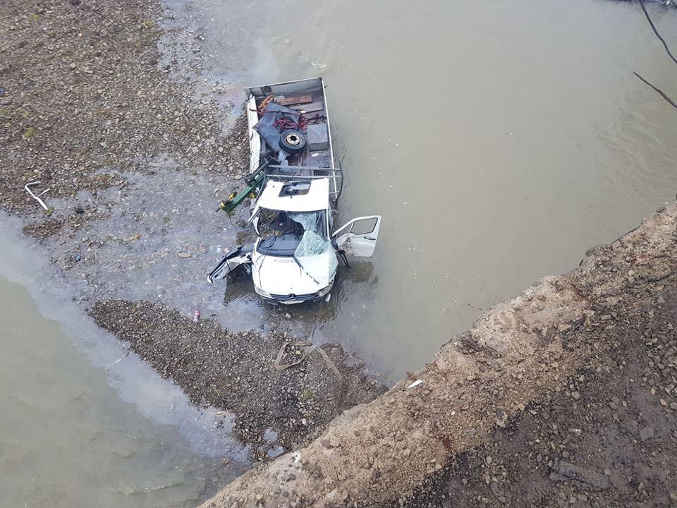 un-mort-si-doi-raniti-dupa-ce-o-camioneta-a-cazut-de-pe-podul-de-la-milisauti-2