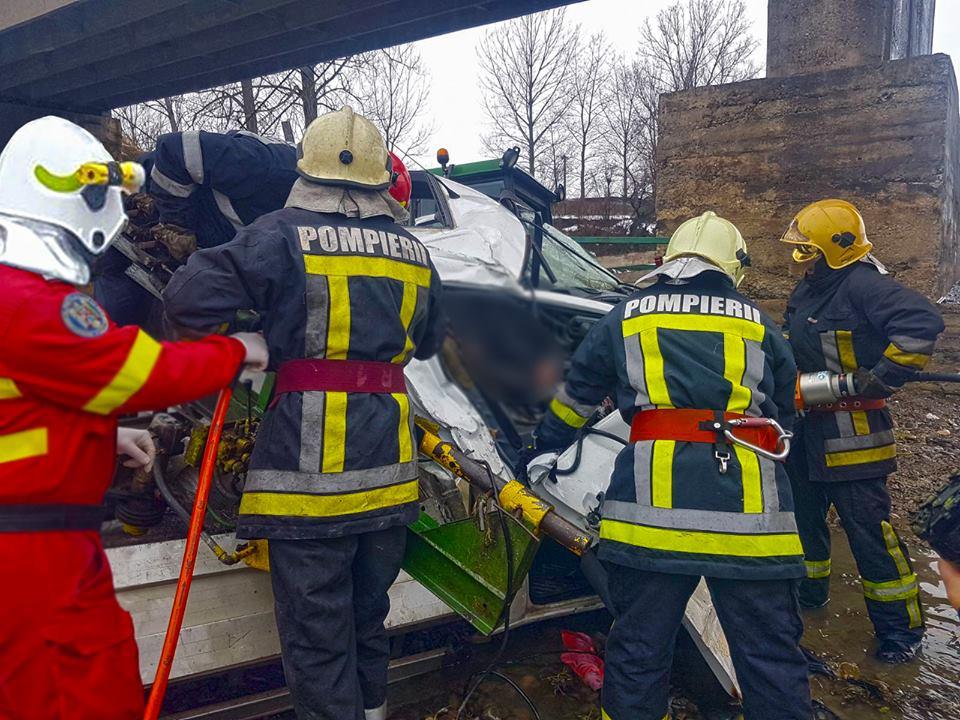 un-mort-si-doi-raniti-dupa-ce-o-camioneta-a-cazut-de-pe-podul-de-la-milisauti-3