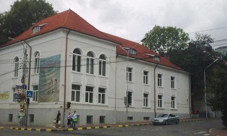 ambasadorul-sua-doneaza-carti-bibliotecii-bucovina