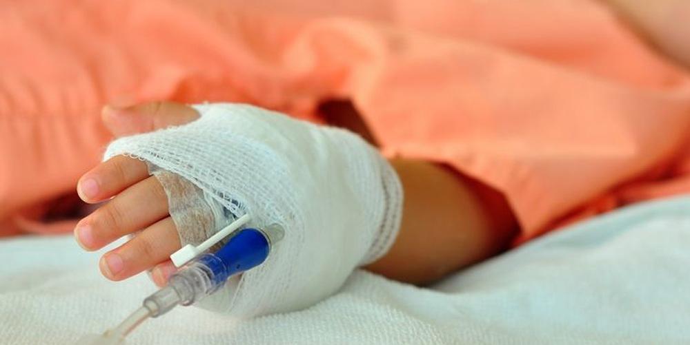 un-baietel-de-3-ani-a-ajuns-la-spital-dupa-ce-a-fost-lovit-cu-un-topor-din-joaca