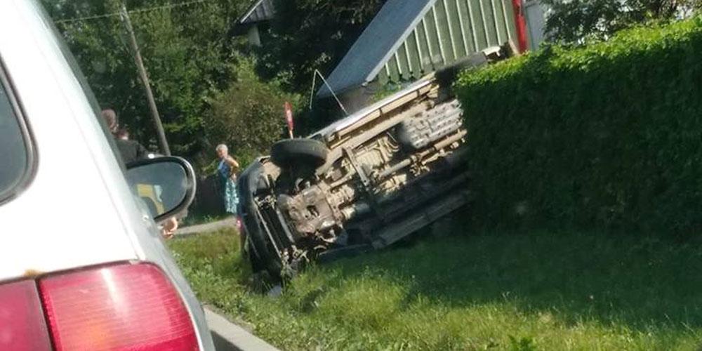 accident-grav-la-radauti-soferul-vinovat-a-ramas-blocat-sub-masina-2