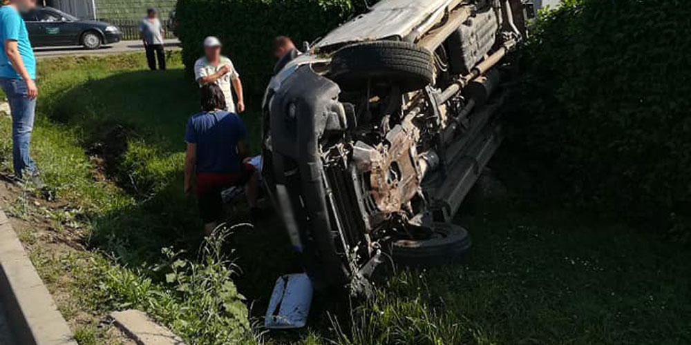 accident-grav-la-radauti-soferul-vinovat-a-ramas-blocat-sub-masina-3