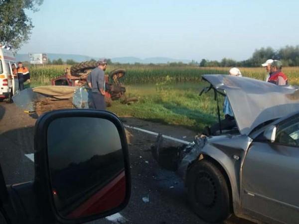 accident-pe-drumul-dintre-radauti-si-marginea-un-tractor-s-a-rasturnat-2