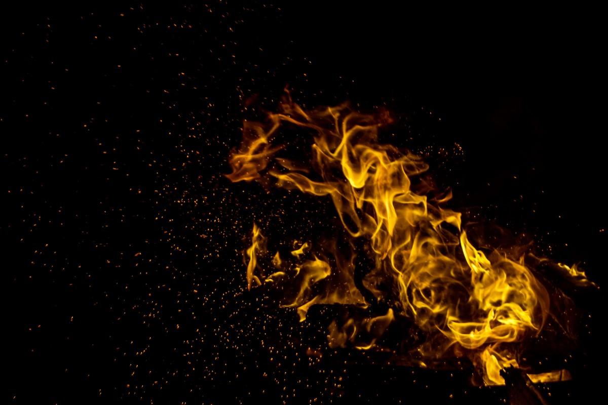 o-femeie-si-a-turnat-diluant-pe-haine-si-apoi-si-a-dat-foc