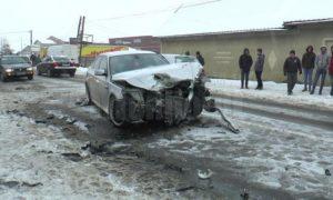 trei-persoane-au-ajuns-la-spital,-dupa-ce-doua-mașini-s-au-ciocnit-la-ieșire-din-radauți